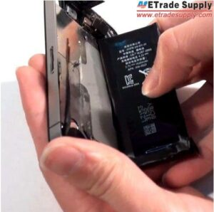 Take-out-the-iPhone-4-battery