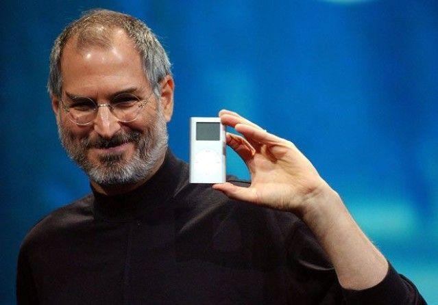 steve jobs con primo ipod durante presentazione