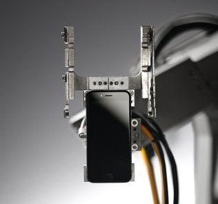 Liam robot Apple che smonta iPhone