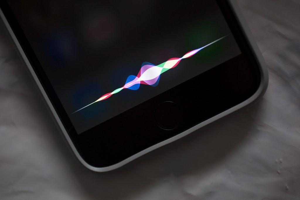 Siri è senz'altro il prodotto di Intelligenza Artificiale più famoso di Apple. In iOS 11 sarà dotato di voce più naturale e anticiperà i nostri desideri
