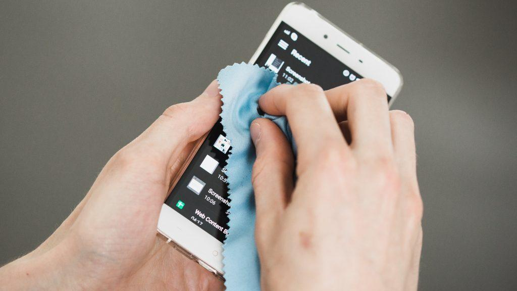 come pulire lo smartphone - panno in microfibra