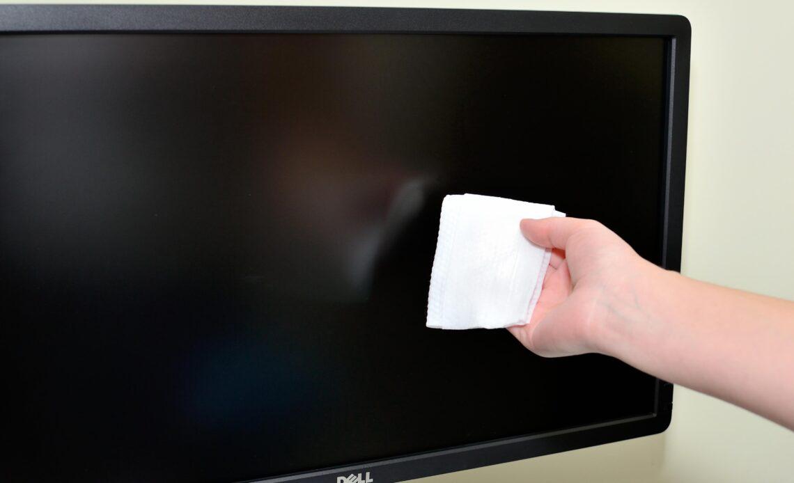 pulire lo schermo con un panno in microfibra
