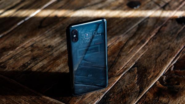 Confronto Xiaomi Mi 8: Design Mi 8 EE