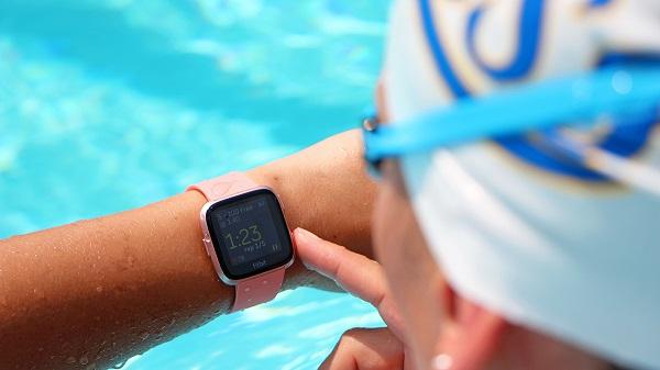 Migliori fitness tracker e smartwatch per il nuoto: Fitbit Ionic
