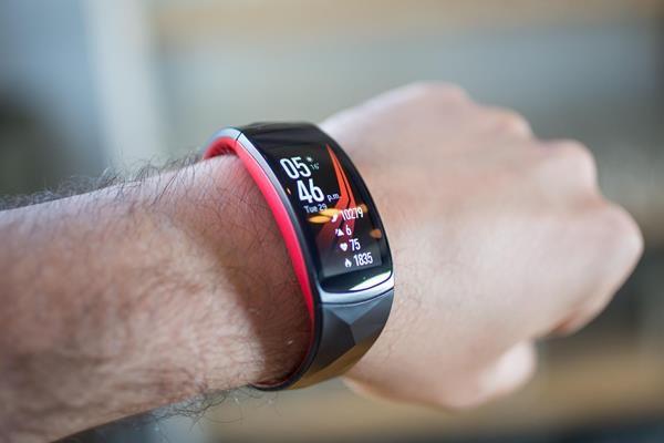 Migliori fitness tracker e smartwatch per il nuoto: Samsung Gear Fit2 Pro
