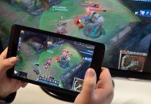 Un tablet Android e un PC con lo stesso videogame