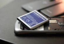 Una batteria e uno smartphone