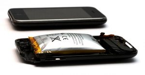 Uno smartphone con la batteria gonfia