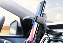 Un iPhone collocato in un auto