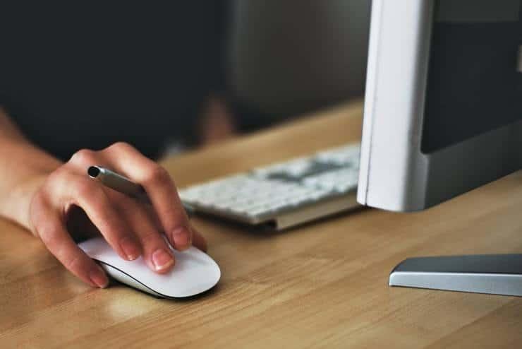 Una mano che muove un mouse