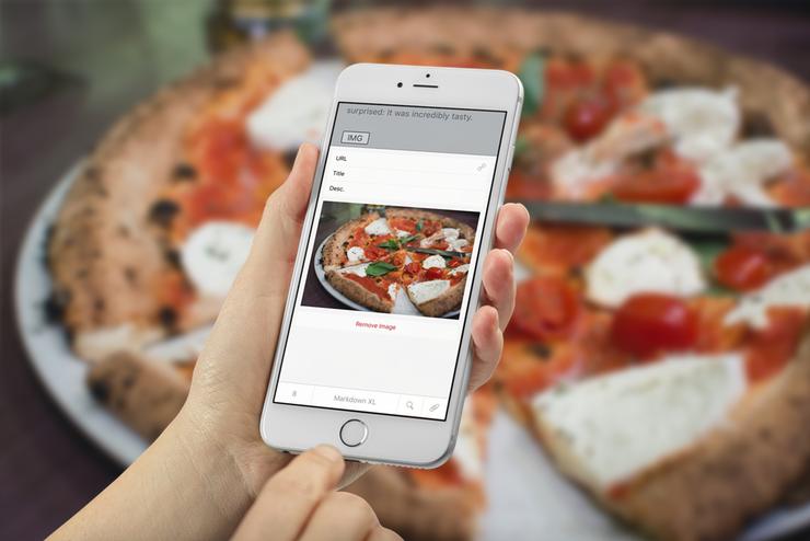 Un iPhone utilizzato per scattare una foto di una pizza