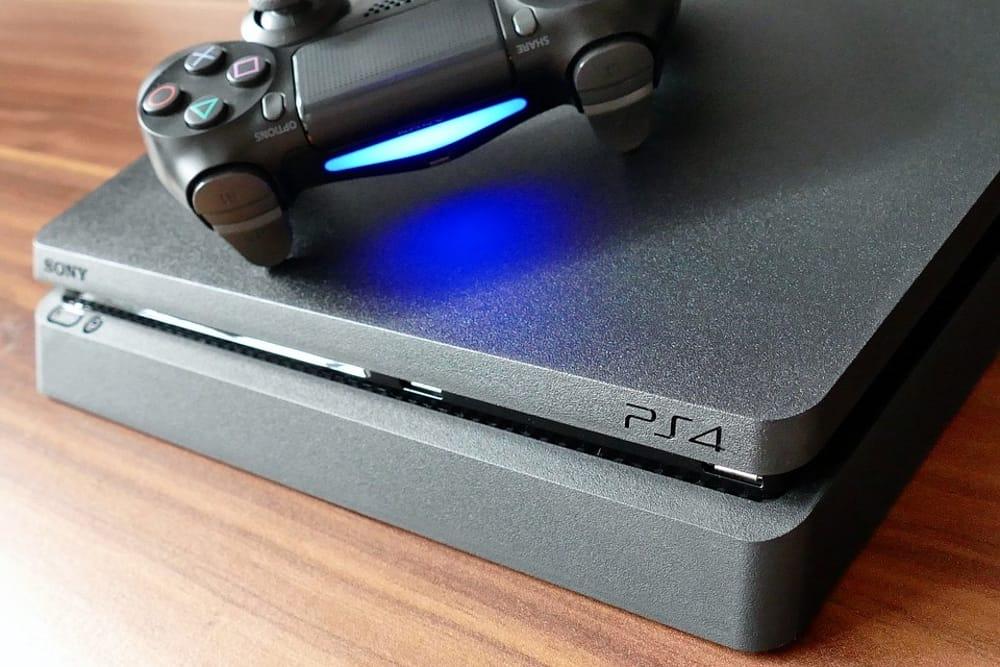 Un esemplare di PS4 e un controller