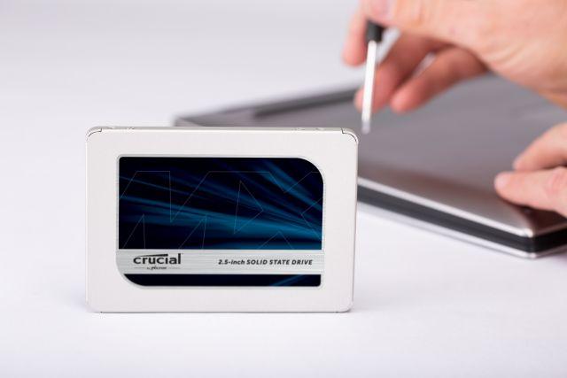 La foto di un SSD Crucial MX500