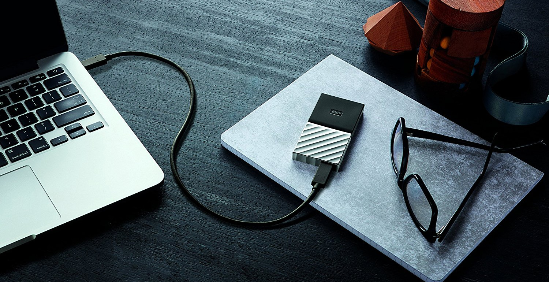 La foto di un SSD esterno collegato a un PC