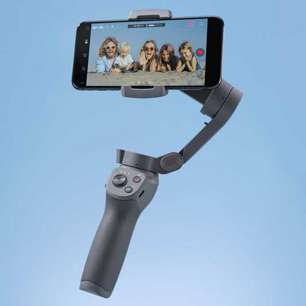 Dji Osmo Mobile 3 con uno smartphone attaccato