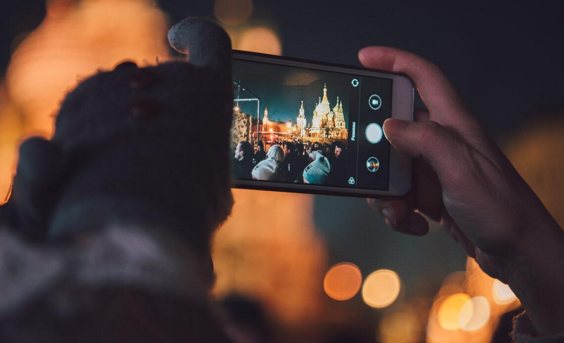 Una persona sta scattando una foto con il proprio smartphone
