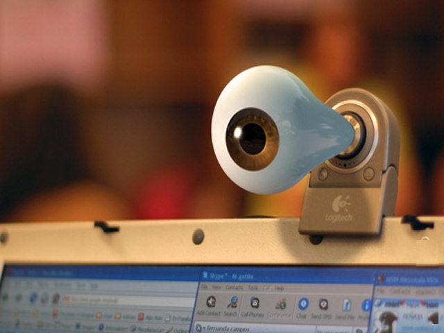 Spiati dalla webcam