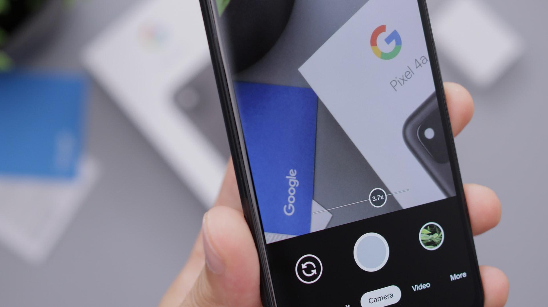 Un utente scatta una foto con uno smartphone