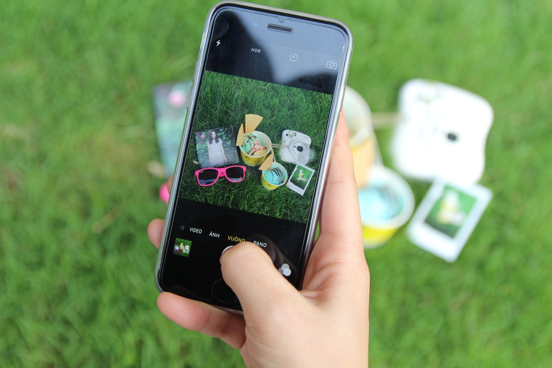 Un utente scatta con lo smartphone una foto ad alcuni oggetti