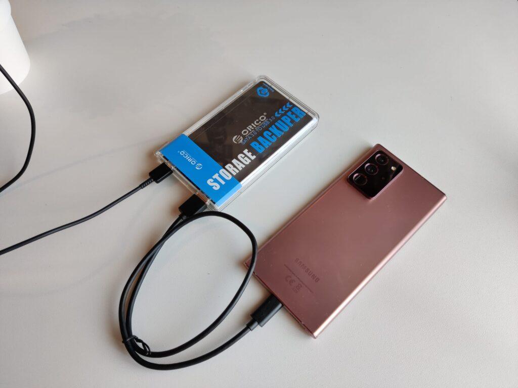 orico backuper -in uso con smartphone