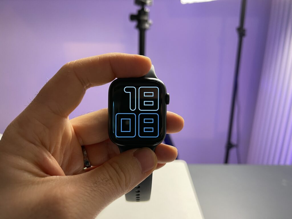 Recensione Apple Watch 6 - contro - forma quadrata