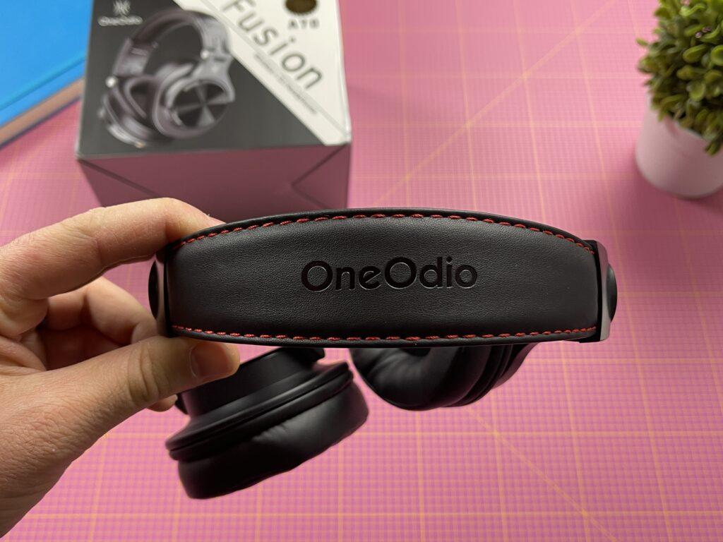 cuffie over ear oneodio a70 - dettaglio archetto con cucitura rossa e marchio