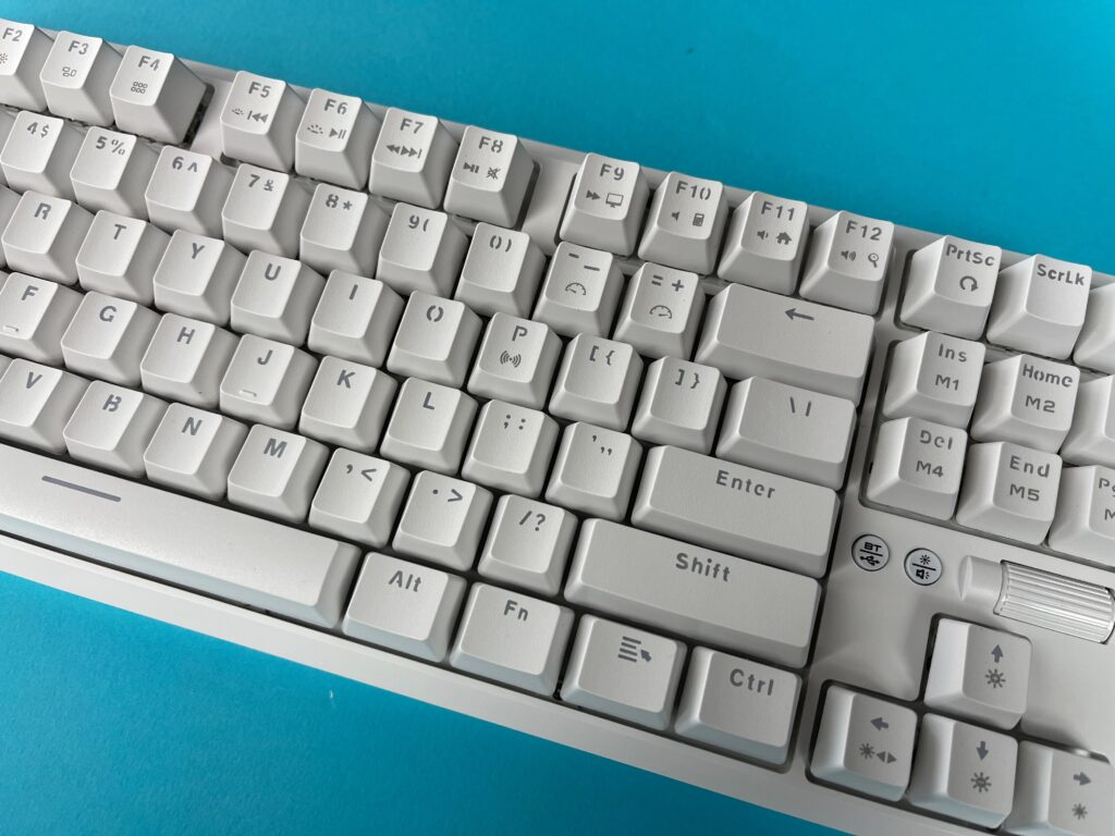 Recensione tastiera meccanica Ajazz K870T con keycaps bianchi